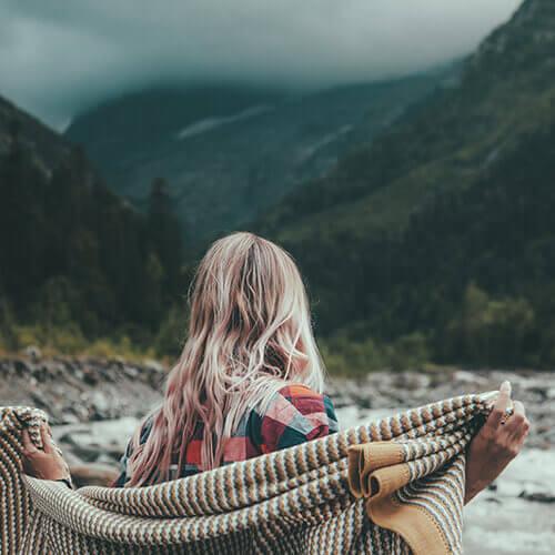 blonde-frau-berge-natur
