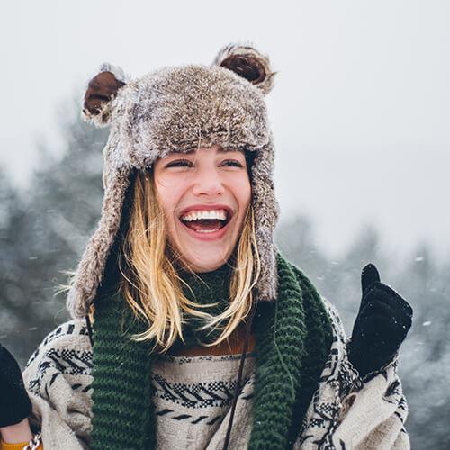 frau-laechelnd-winter-muetze-teddy
