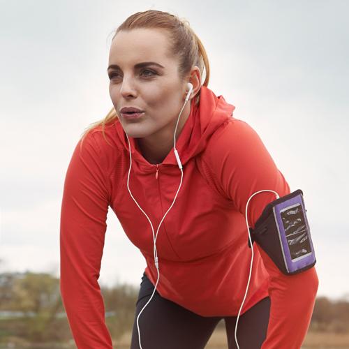 sportliche-frau-mit-kopfhoerer-smartphone